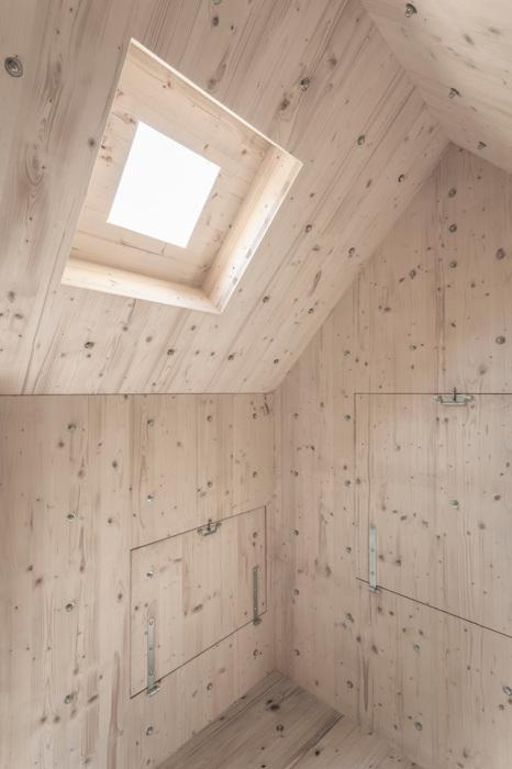 Деревянный интерьер в домике от Bureau A.