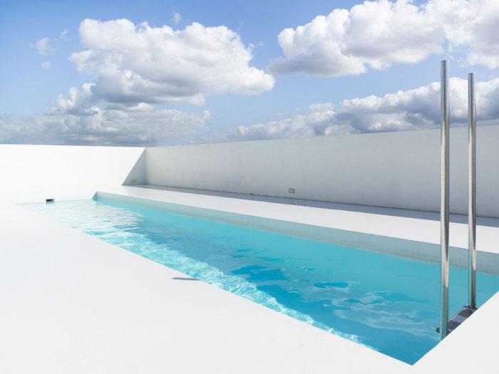 Открытый белоснежный бассейн от дизайн-студии dmvA Architecten.