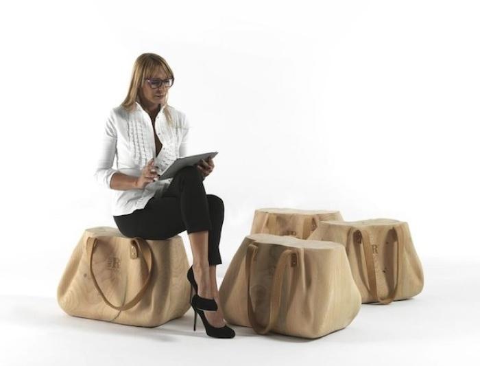 Необычный деревянный пуф в виде женской сумки.