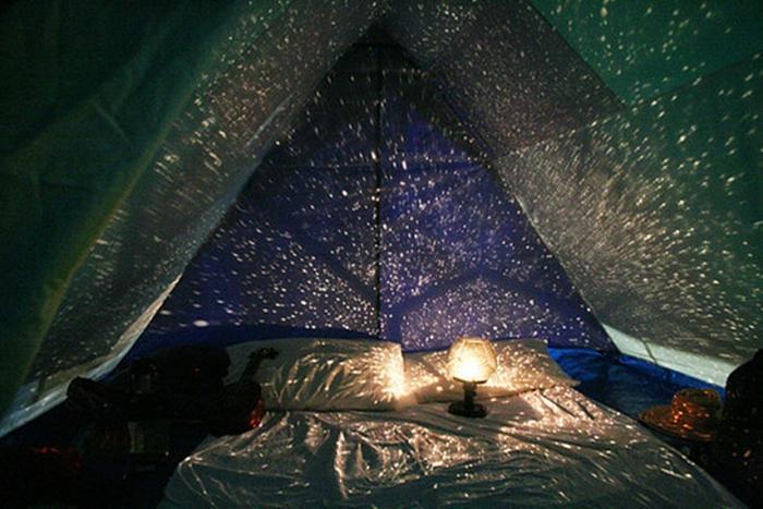 Спальное место с ночником, создающим ощущение отдыха под ночным небом.