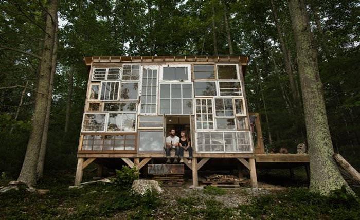Дом, построенный из старых оконных рам.