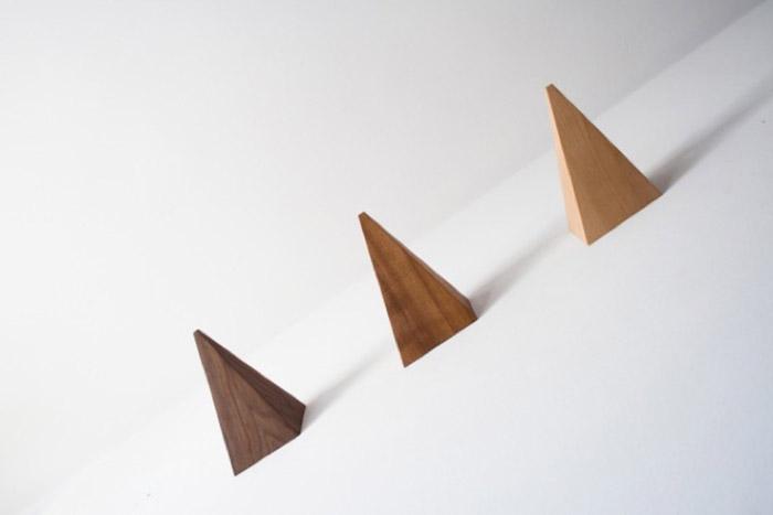 Лаконичный дизайн вешалки от испанского дизайнера Manuel Gomez Tamayo.
