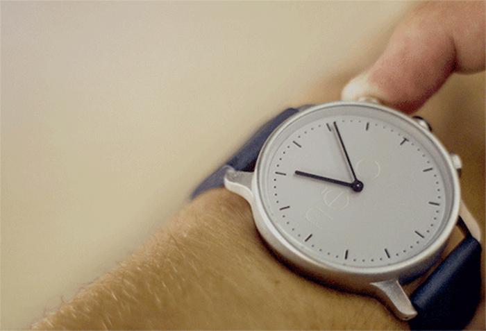 Умные наручные часы, которые позволяют отслеживать физическую активность своего владельца.