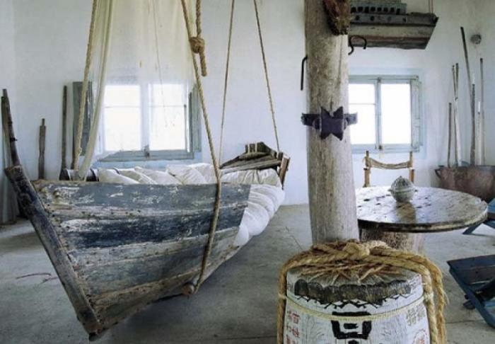 Кровать, стилизованная под пиратскую тематику.