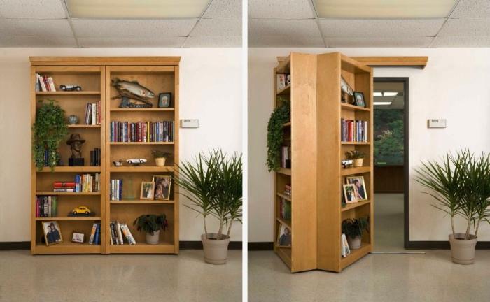Книжный шкаф, скрывающий вход в другую комнату.