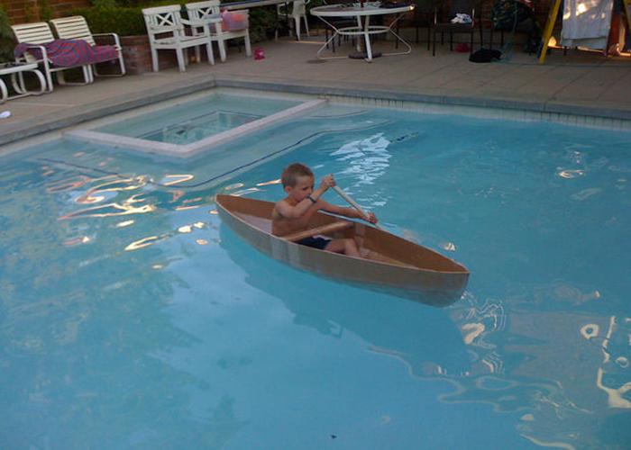 Картонная лодка для игр в бассейне.