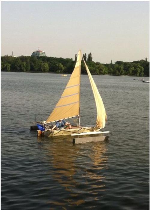 Самодельная парусная лодка.