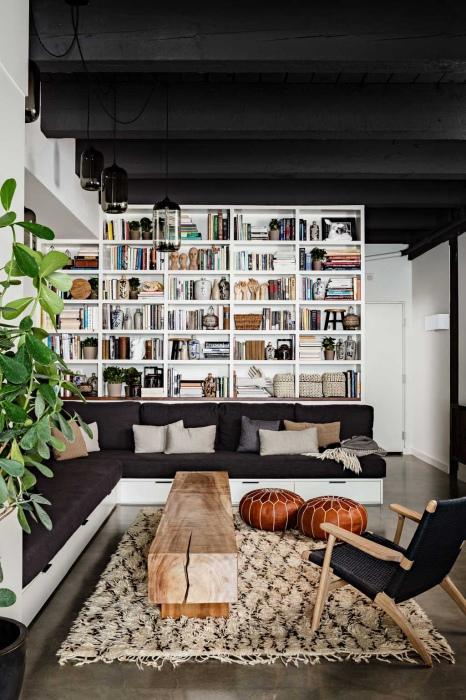 Стена с книжным стеллажом.