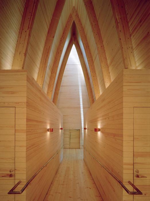 Внутренняя отделка финской часовни от Sanaksenaho Architects.