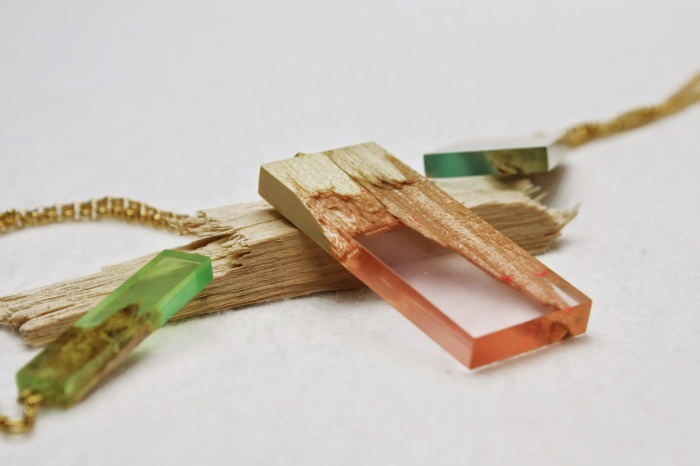 Ювелирные украшения из смолы и древесины.