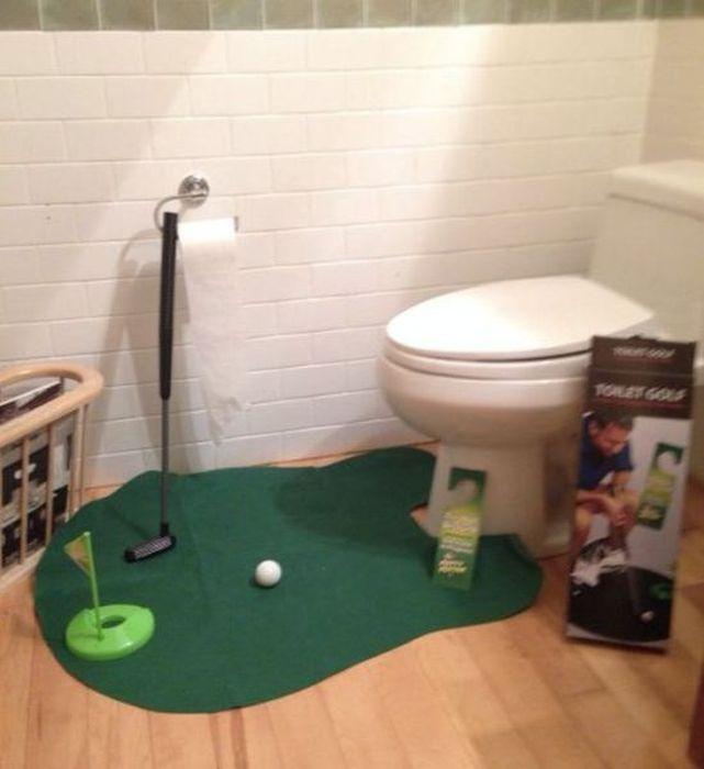 Коврик для туалета в виде полянки для игры в мини-гольф.