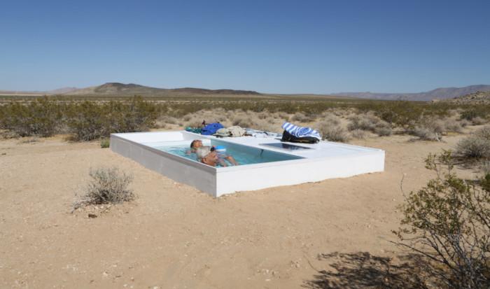 Бассейн в пустыне - настоящий оазис для путешественников.