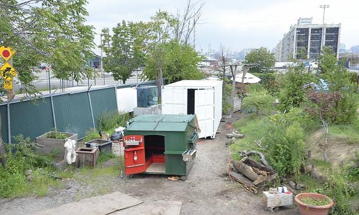 Небольшой дом в мусорном контейнере.