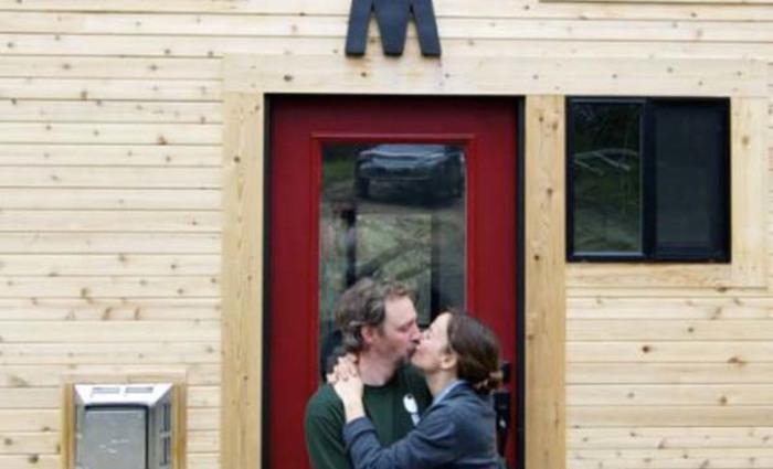 Счастливая влюбленная пара с собственным домом мечты.