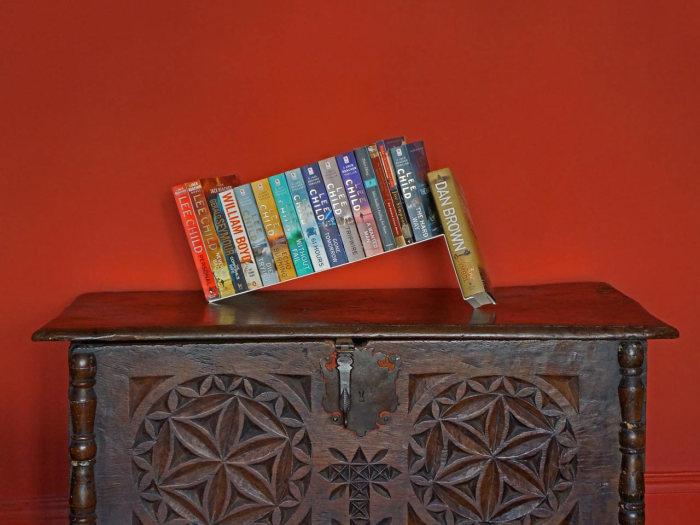 Необычная подставка для книг от Себастьяна Бергне (Sebastian Bergne).