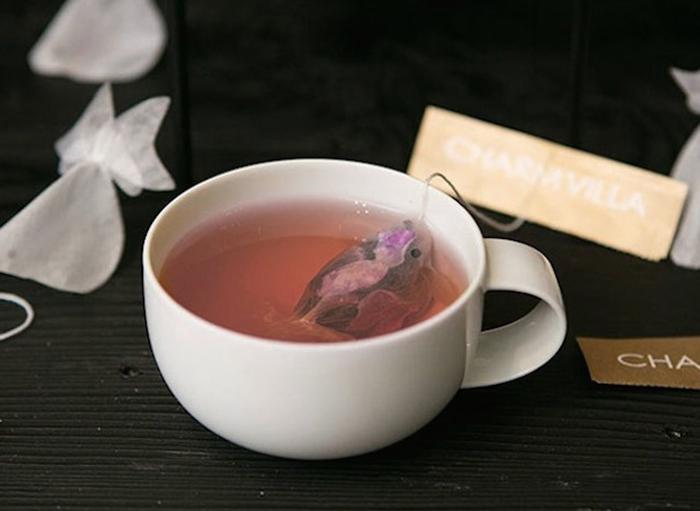 Чайный пакетик в форме золотой рыбки.