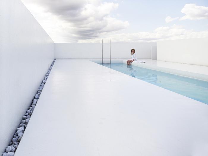 Открытый бассейн, разработанный студией dmvA Architecten.
