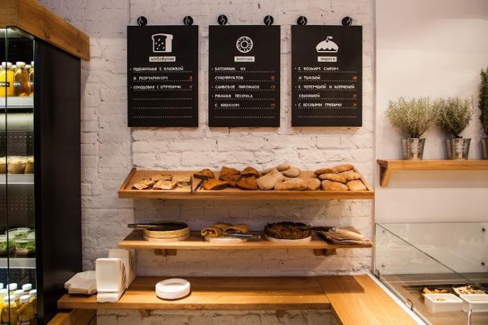 Стильный современный интерьер в новом ресторане.