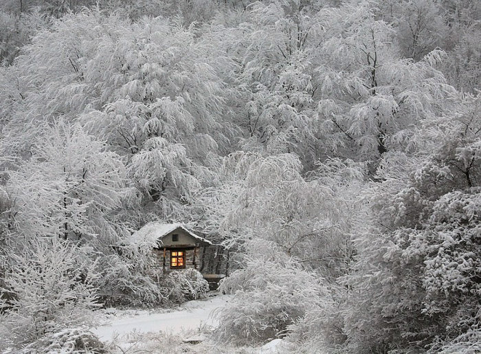 Хижина зимой.