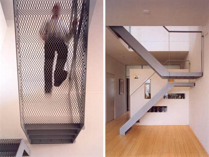Необычная лестница с сетчатым основанием.