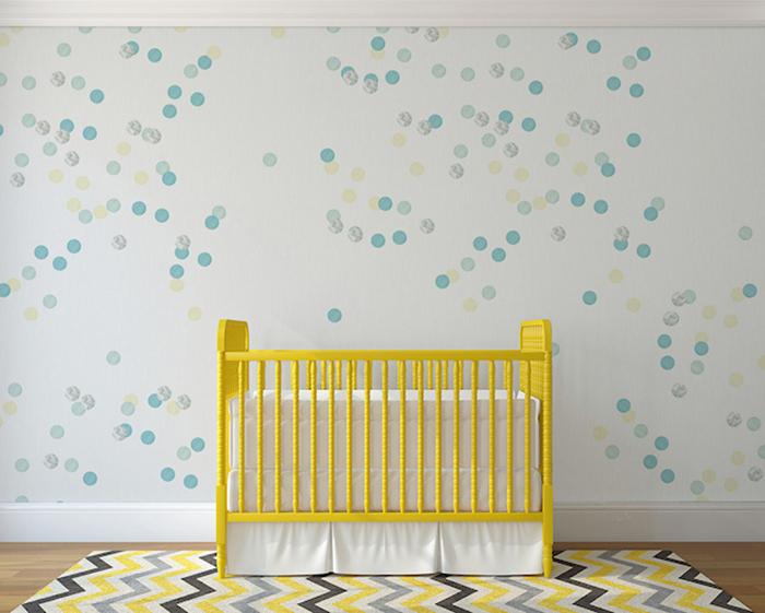 Очаровательный вариант оформления стен для детской.