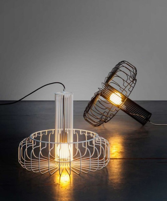 Лампы с железными прутьями вместо привычных плафонов.