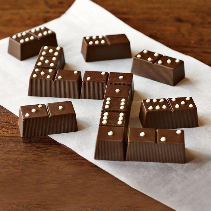 Шоколадные конфеты в виде фишек домино.