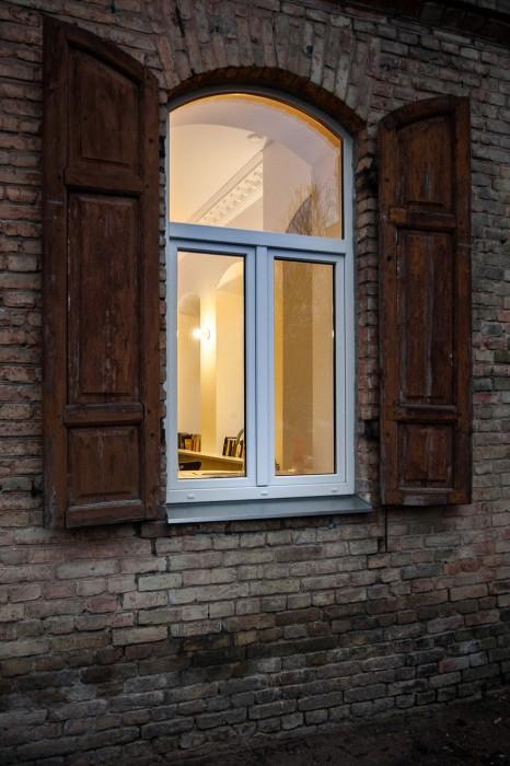 Большие окна помогут визуально увеличить пространство.