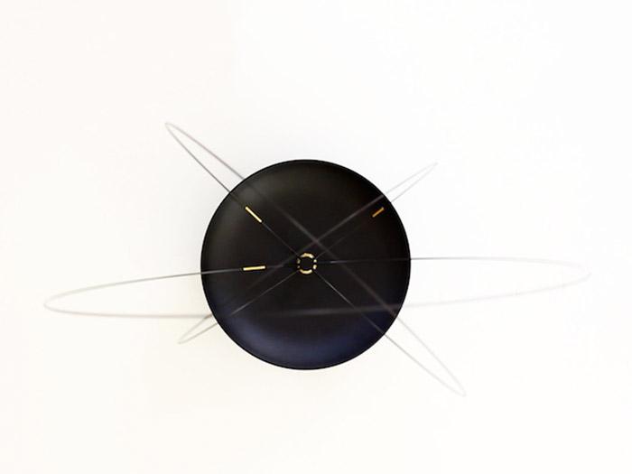 Объемные настенные часы с орбитами вместо стрелок.