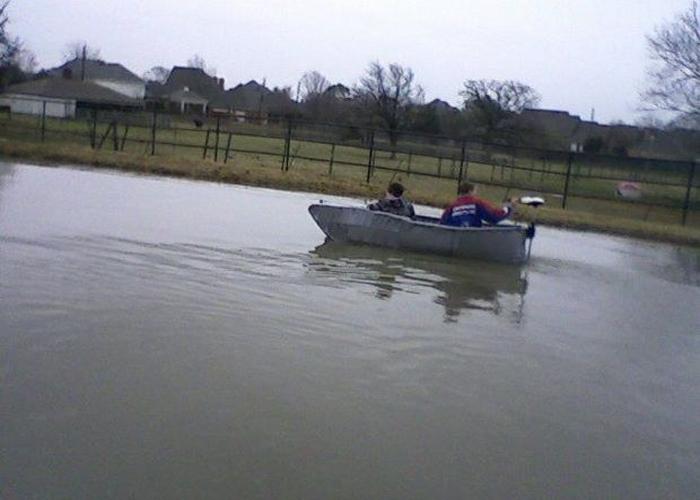Лодка, сделанная из клейкой ленты.