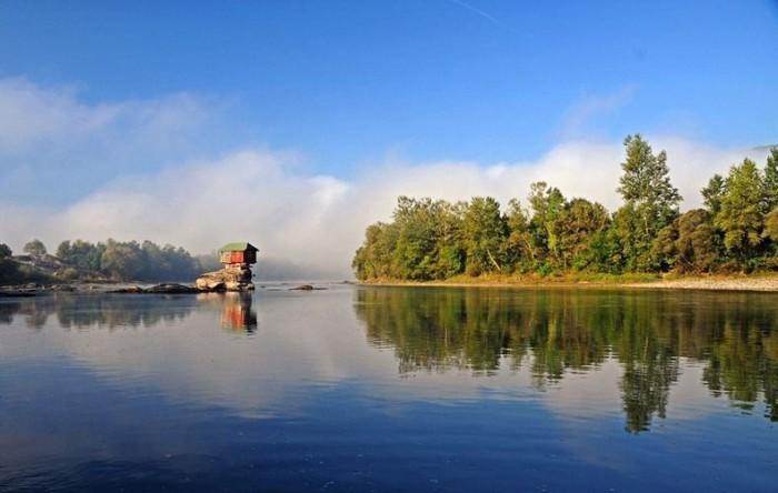 Домик посреди озера в Сербии.