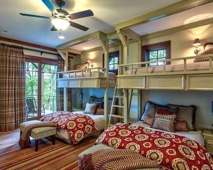 Просторные двухъярусные кровати - прекрасный выбор для гостевой комнаты.