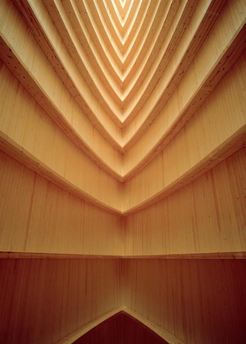 Внутренняя отделка часовни выполнена из натурального необработанного дерева.