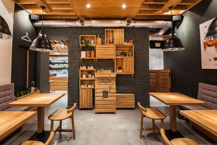 Деревянные элементы в интерьере ресторана «Simple.».