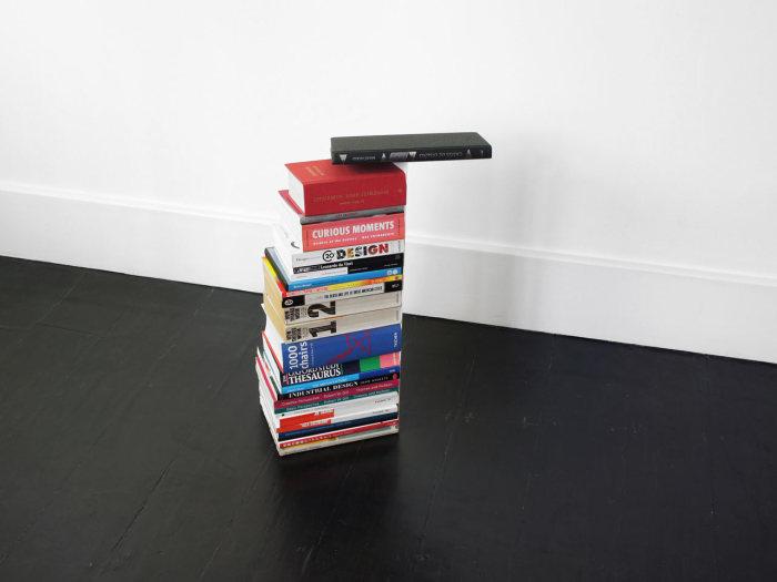 Полка, превращающая стопку книг в уникальную скульптуру.