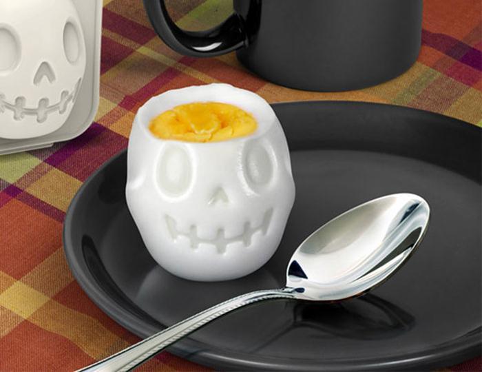 Отварное яйцо в форме черепа.