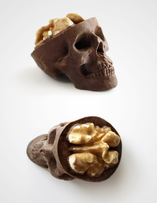 Шоколадные конфеты в форме черепов.
