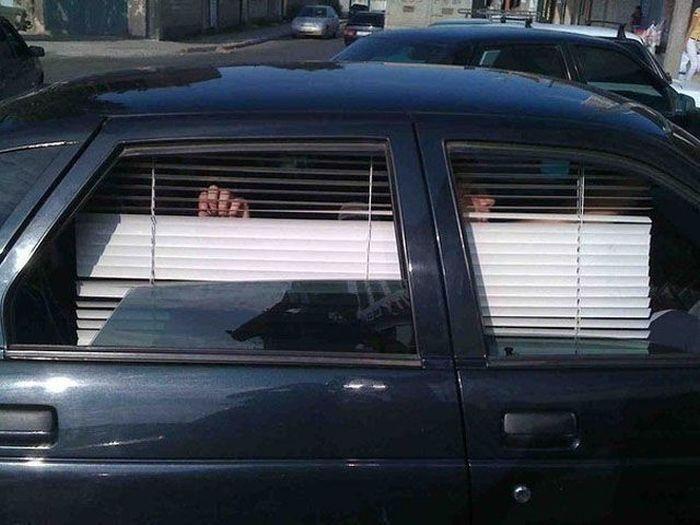 Жалюзи на окнах автомобиля - стильной и практично.