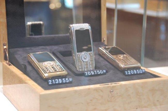 Мобильные телефоны, усыпанные драгоценными камнями.