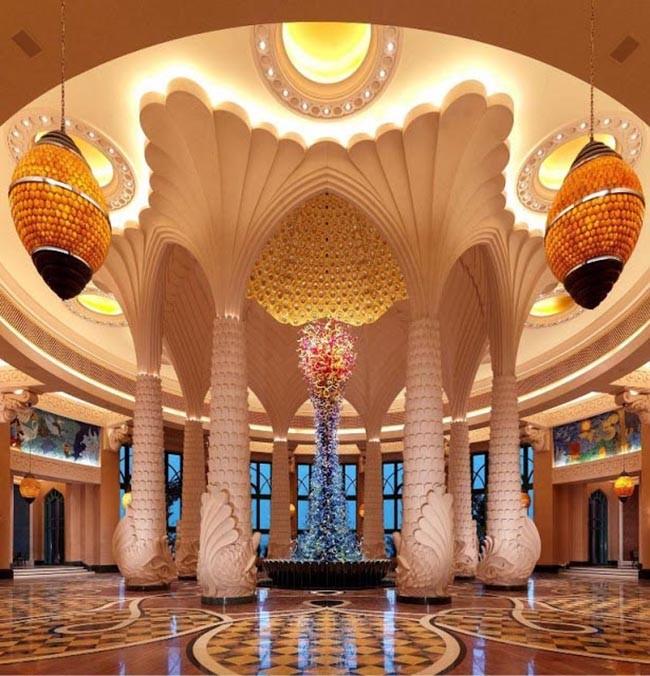 Потрясающий холл в гостинице Atlantis The Palm.