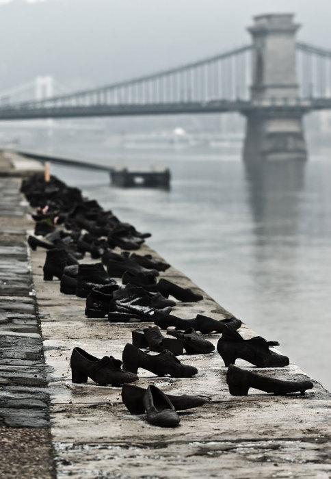 Ботинки на берегу Дуная, Can Togay & Gyula Pauer, Будапешт, Венгрия.