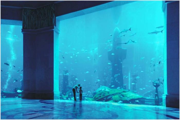 Гигантский аквариум в курортном комплексе Atlantis The Palm.