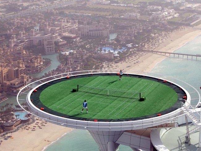 Самый высокий теннисный корт в мире на вершине отеля Бурдж аль-Араб (Burj Al Arab).