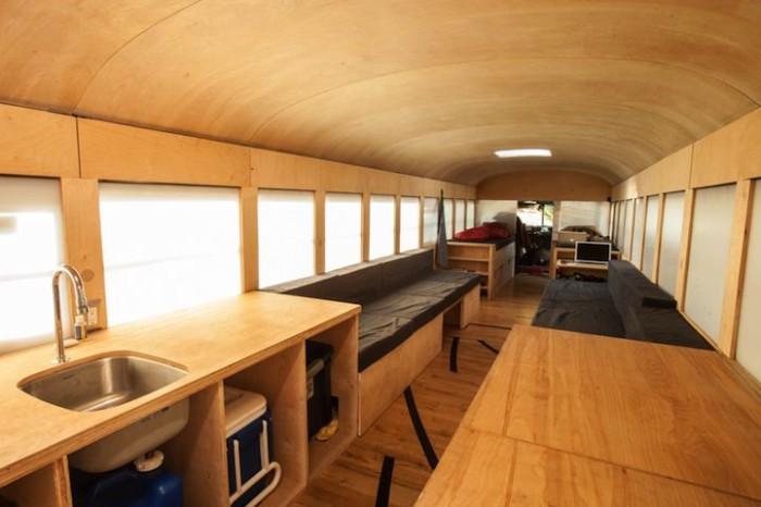 Современный дом на колесах в школьном автобусе.