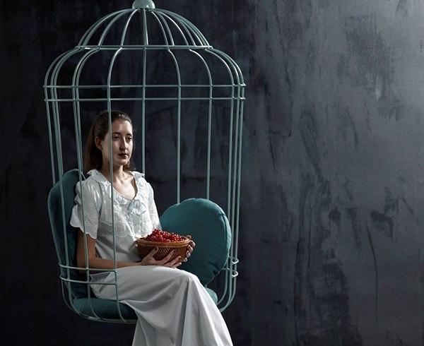 Дизайнерское кресло в форме птичьей клетки под названием Cageling.