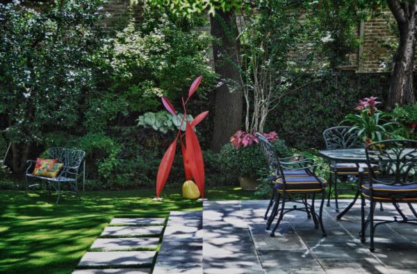 .яркие предметы декора в дизайне сада от Harold Leidner Company.