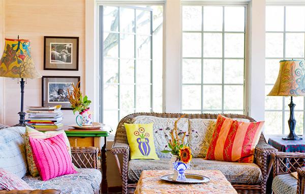 Яркие лампы в красочном интерьере гостиной.