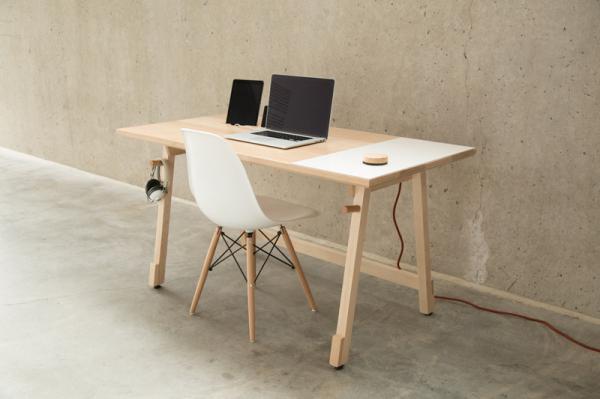 Удобный письменный стол для дома от дизайн-студии Artifox.