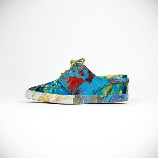 Модная яркая обувь на низком ходу из пластмассовых отходов.