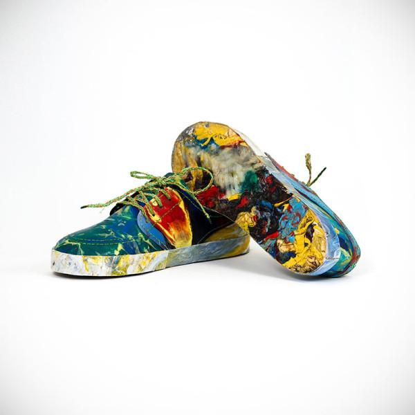 Яркая модная обувь из пластмассовых отходов, собранных на берегах Великобритании.